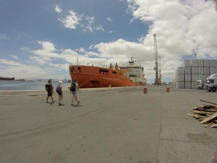 El buque oceanográfico Akademik Tryoshnikov, a su llegada a Ciudad del Cabo (Sudáfrica).