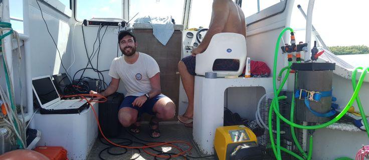 Manejando los sensores bio-ópticos en el barco.